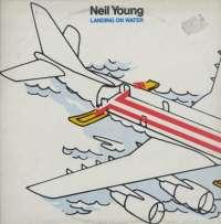 Gramofonska ploča Neil Young Landing On Water GHS 24109, stanje ploče je 10/10