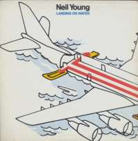 Gramofonska ploča Neil Young Landing On Water GHS 24109, stanje ploče je 7/10